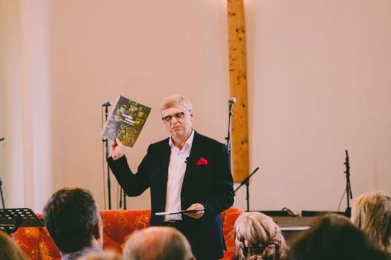 Toivo Pilli tutvustamas uut muusikalist palveraamatut Loomisest lootuseni