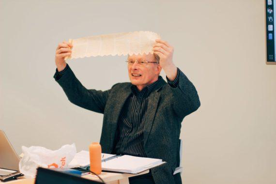 Ermo Jürma demonstreerib Piibli käsikirjarulli (suveniir-versiooni)